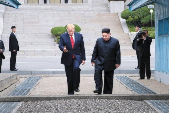 北朝鮮は2019年6月、板門店で米朝首脳が会って連合訓練の中止に合意したと主張した。写真はトランプ米大統領が板門店共同警備区域(JSA)軍事境界線の北側地域で金正恩国務委員長に会い、軍事境界線を越える場面。 [青瓦台写真記者団]