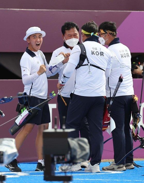 キム・ジェドク、オ・ジンヒョク、キム・ウジンが26日、東京・夢の島公園アーチェリー場で開かれた男子アーチェリー団体4強戦で決勝戦進出を確定した後、歓呼している。[写真 オリンピック写真共同取材団A]