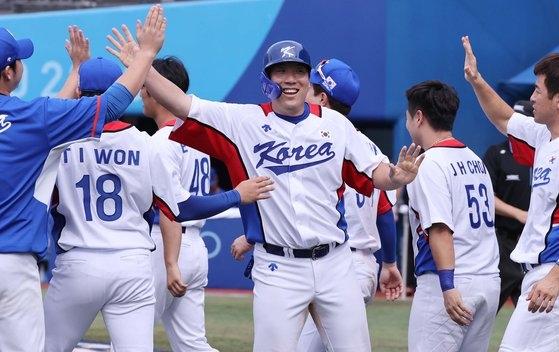 2日、横浜スタジアムで行われたイスラエル戦で11-1と7回コールド勝ちし、チームメートと勝利を祝う金賢洙(キム・ヒョンス)。 [横浜=五輪写真共同取材団]