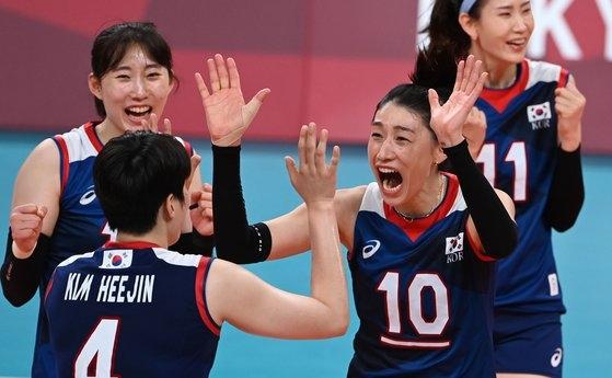 韓国バレーボール代表チームの金軟景(キム・ヨンギョン)が4日、東京有明アリーナで開かれた東京オリンピック(五輪)女子バレーボール準々決勝のトルコ戦で得点に成功した後、チームメイトと共に歓呼している。[写真 東京=オリンピック写真共同取材団Z]
