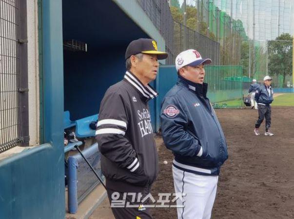 ソフトバンクのコーチングアドバイザー金星根(キム・ソングン)氏(左) ISフォト