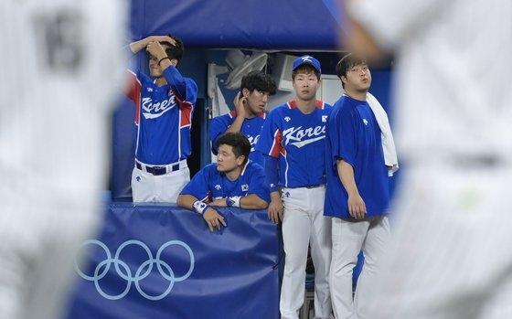 4日、横浜スタジアムで開かれた2020東京オリンピックの韓国対日本の準決勝試合。2-5で敗北した大韓民国代表チームが悔しさを隠せずにいる。[写真 横浜=オリンピック写真共同取材団]
