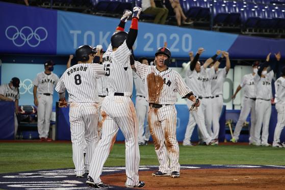 4日、神奈川県横浜スタジアムで2020東京オリンピック(五輪)野球の韓国対日本の準決勝が行われた。八回裏の得点時、日本の選手たちが歓喜している。[写真 横浜=オリンピック写真共同取材団]