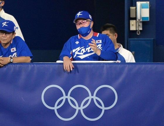 4日、神奈川県横浜スタジアムで開かれた2020東京オリンピック(五輪)野球準決勝、韓国対日本の試合。3回裏、金卿文(キム・ギョンムン)監督がグラウンドを見つめている。[写真 横浜=オリンピック写真共同取材団H]