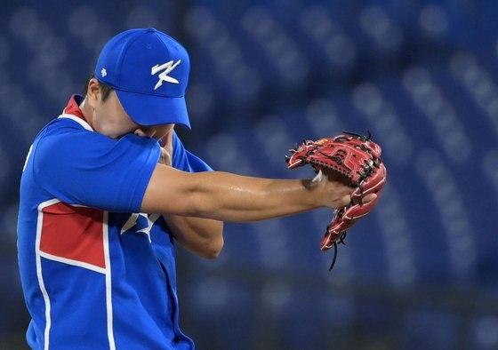 4日に横浜スタジアムで行われた東京五輪野球準決勝の韓国対日本戦。8回裏2死で高祐錫が3失点を許し悔しさをにじませた。[写真 五輪写真共同取材団]