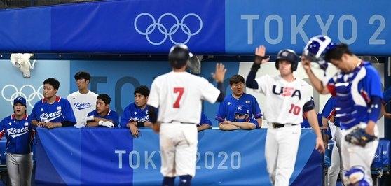 5日、神奈川県横浜スタジアムで開かれた東京オリンピック(五輪)野球準決勝第2戦の韓国と米国の試合。6回裏一死満塁でチョ尚佑(チョ・サンウ)がジャック・ロペスに適時打を許し、韓国選手が残念そうな表情を浮かべている。[写真 東京=オリンピック写真共同取材団]