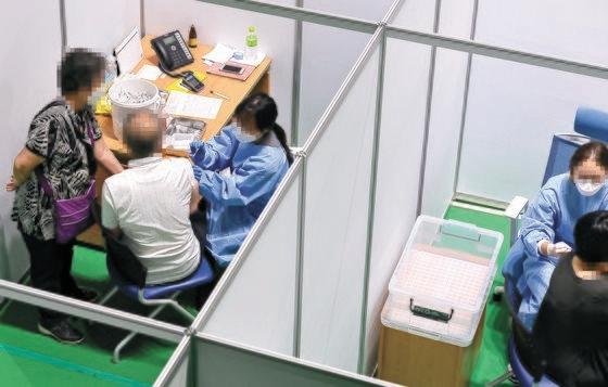 大田市中区(テジョンシ・チュング)の予防接種センターで市民が新型コロナワクチンを打っている。フリーランサーのキム・ソンテ