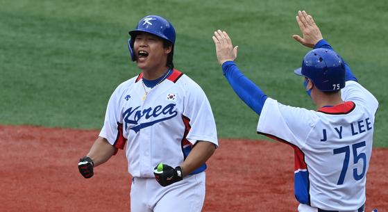 7日、東京五輪野球3位決定戦のドミニカ共和国戦で、5回裏二死一、二塁から逆転打を放って喜ぶ韓国の姜白虎(カン・ベクホ)。 横浜=五輪写真共同取材団