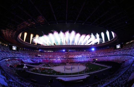 8日、東京オリンピック(五輪)スタジアム(新国立競技場)で開かれた2020東京五輪閉会式で花火が打ち上げられている。[写真 東京=オリンピック写真共同取材団]