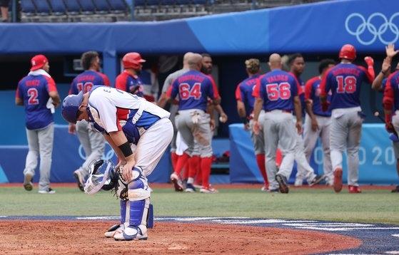 7日に行われた東京五輪野球3位決定戦のドミニカ共和国戦で、8回表一死満塁からフアン・フランシスコに2打点二塁打を許した後、うなだれる捕手の梁義智(ヤン・ウィジ)。 [五輪写真共同取材団]