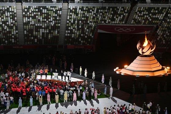 8日に東京・国立競技場で開かれた東京五輪閉会式で聖火が消灯している。[写真 五輪写真共同取材団]