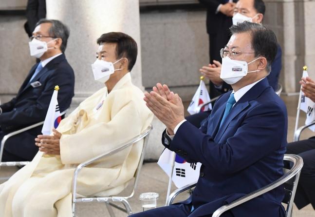 韓国の文在寅(ムン・ジェイン)大統領が15日、ソウル中区(チュング)文化駅ソウル284で開かれた第76周年光復節(解放記念日)慶祝式で、事前収録された光復会の金元雄(キム・ウォヌン)会長の記念演説を見た後で拍手をしている。[写真 青瓦台写真記者団]