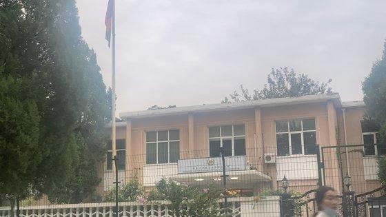 18日、北京の在中アフガニスタン大使館にアフガニスタンの国旗が揚げられている。中国の武装警察がものものしく警戒に立っていたが内部は人の気配がなく閑散としていた。シン・キョンジン記者
