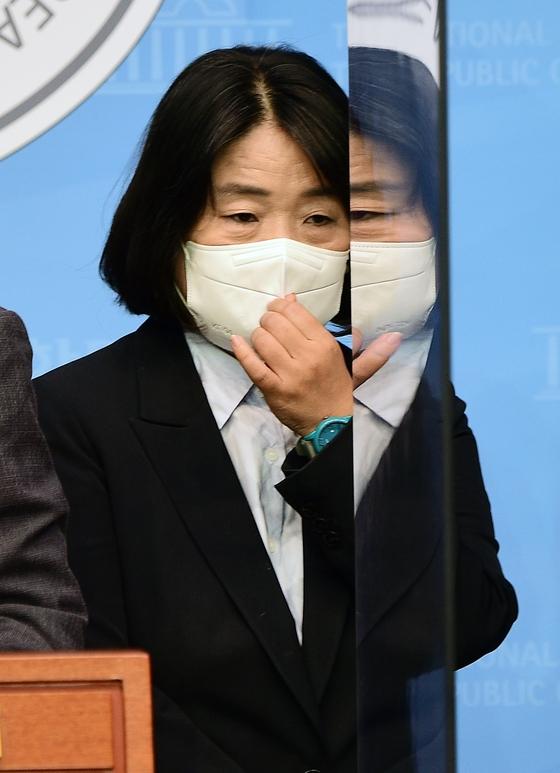 無所属の尹美香議員が12日、国会疎通館で双龍(サンヨン)自動車損害賠償関連の嘆願書提出記者会見に参加している。イム・ヒョンドン記者
