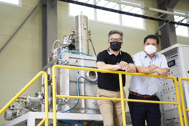 超高純度モリブデン精錬装備の前に立つ韓国生産技術研究院のパク・ギョンテ博士(右)とエヌエイティーエムのキム・インホ代表(左)。 [写真=韓国生産技術研究院]
