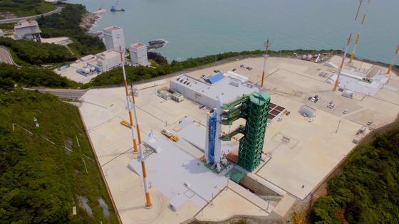 全羅南道高興(チョルラナムド・コフン)の羅老宇宙センターに、今年10月打ち上げ予定の韓国型発射体(KSLV-2)ヌリ号が到着した。[写真 韓国航空宇宙研究院]