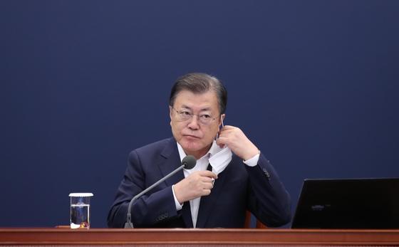 韓国の文在寅(ムン・ジェイン)大統領が6日、青瓦台(チョンワデ、大統領府)で開かれた首席補佐官会議に出席し、冒頭発言に先立ちマスクを取っている。[写真 青瓦台写真記者団]