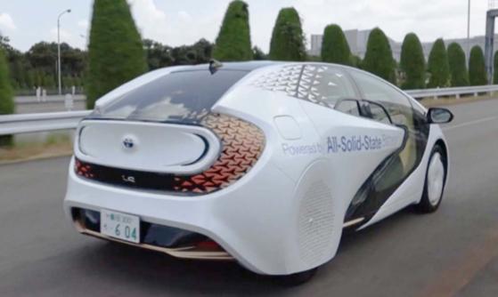 トヨタが7日に公開した全固体電池のプロトタイプ車。トヨタは「世界初の全固体電池搭載車」と説明した。[写真 トヨタ]