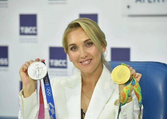エレーナ・ベスニナがリオデジャネイロ五輪と東京五輪で獲得した金・銀メダルを見せている。 [エレーナ・ベスニナ インスタグラム キャプチャー]