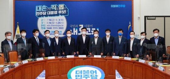 7月19日の政府・与党協議会で、災難支援金給付を含む補正予算案を議論した金富謙(キム・ブギョム)首相、宋永吉(ソン・ヨンギル)共に民主党代表ら。 イム・ヒョンドン記者