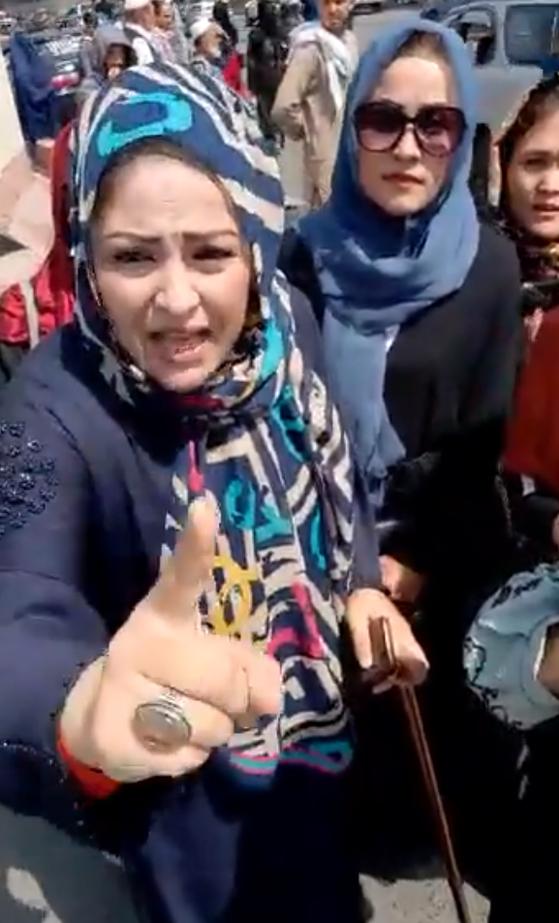 4日(現地時間)、アフガニスタン首都カブールでタリバンが催涙弾を使用して空砲弾を撃ち女性デモ隊を解散させた。[写真 ツイッター キャプチャー]