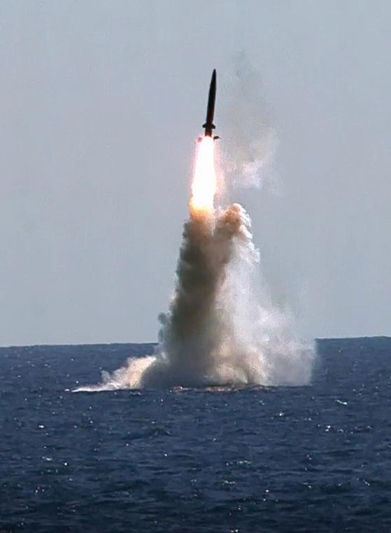 韓国が独自に開発した潜水艦発射弾道ミサイル(SLBM)が15日、潜水艦「島山安昌浩」(3000トン級)に搭載されて発射された。この日の実験は国防科学研究所(ADD)総合試験場で文在寅大統領らが参加する中で行われた。韓国は世界で7番目にSLBM運用国となった。[写真 国防部]