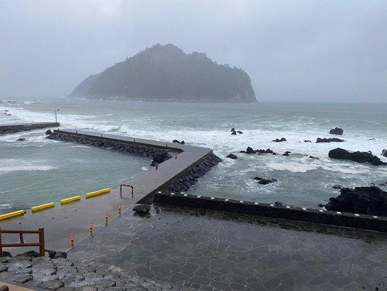13日午後、台風14号の影響を受ける西帰浦市ソプ島沖。 チェ・チュンイル記者