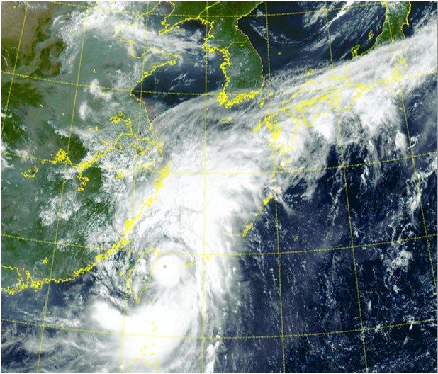 衛星映像で捉えられた台風14号「CHANTHU(チャンスー)」。[資料 韓国気象庁]