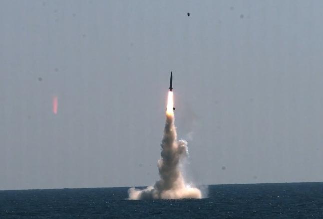 16日に国防科学研究所総合試験場近海の水中の3000トン級潜水艦から韓国型潜水艦発射弾道ミサイル(SLBM)が発射された。[写真 国防科学研究所]