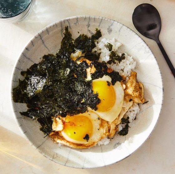 ニューヨーク・タイムズがインスタグラムに投稿した醤油卵ごはんの写真。