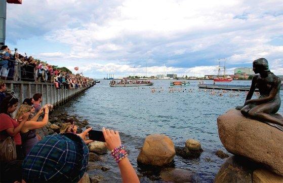 デンマーク・コペンハーゲンの港前の岩の上に設置された人魚姫像。[中央フォト]