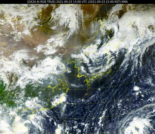 韓国の気象衛星「千里眼2A号」が23日午後10時に撮影した東アジアの映像。右下に熱帯低気圧33号が見える。[写真 国家気象衛星センター]