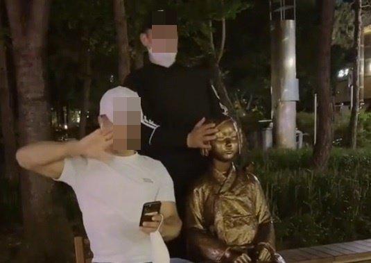 2人の外国人男性が少女像でいたずらをする姿をソーシャルメディア「Tik Tok」'に載せた。 「Tik Tok」キャプチャー