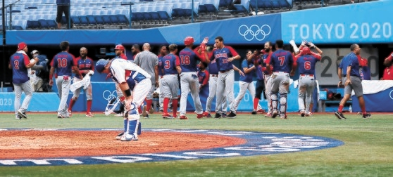 東京五輪野球の3位決定戦でドミニカ共和国に敗れ、うなだれる韓国代表の捕手・梁義智(ヤン・ウィジ)。国際競争力を失った韓国野球の再飛躍のために大きな変化が必要だという声が多い。 [五輪写真共同取材団]