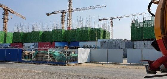 恒大集団が北京に開発中のマンション。22日基準、タワークレーンが止まるなど工事が中断された状態だ。パク・ソンフン特派員