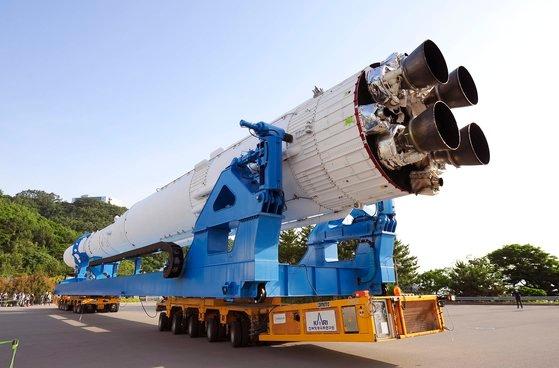 6月に全羅南道高興郡の羅老宇宙センターで韓国航空宇宙研究院が韓国型ロケット「ヌリ号」認証モデルをトランスポーターに載せて打ち上げ台に移している。[写真 韓国航空宇宙研究院]