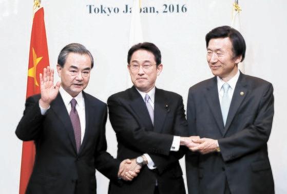 韓日中外相会談の時の岸田文雄氏(中央)。[AP=聯合ニュース]