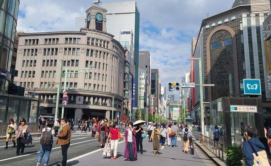 3日午後、「歩行者天国」が再開された東京銀座通りをマスクを着用した市民が歩いている。 イ・ヨンヒ記者