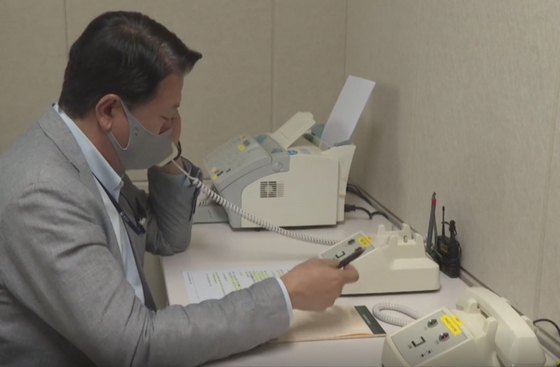 北朝鮮が韓米連合訓練に反発して遮断した南北通信連絡線を55日ぶりに復元した。韓国統一部の連絡代表が4日、ソウル南北共同連絡事務所の直通電話で北朝鮮側と通話している。 [写真 統一部]