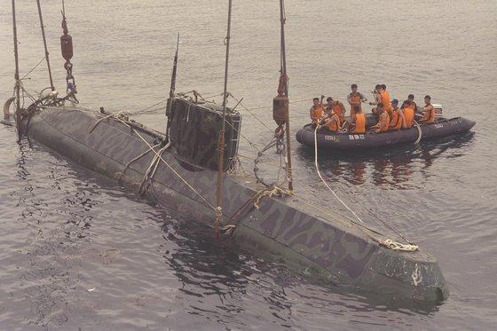北朝鮮軍の潜水艇は代表的な対南浸透手段。写真は1998年6月、江原道束草市の東側11.5マイルの海上で漁船網にかかって漂流し、曳航された北朝鮮の特殊部隊所属の潜水艇。 中央フォト
