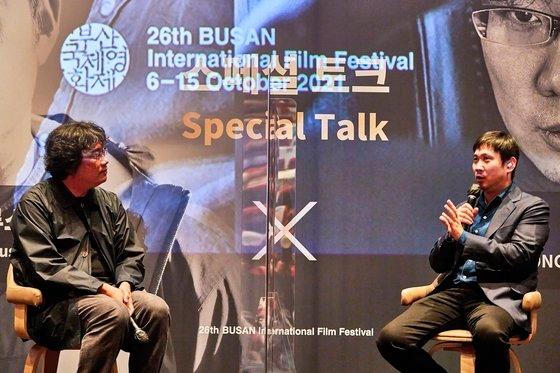 今年の第26回釜山(プサン)国際映画祭で最高の話題を集めたスペシャルトーク「濱口竜介Xポン・ジュノ」が7日、「釜山映画の殿堂」中劇場で観客200人余りが観覧する中で開かれた。政府の社会的距離確保措置のため、座席は50%の運営となった。[写真 釜山国際映画祭]