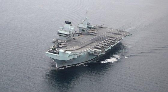 写真は東海(トンヘ、日本名・日本海)南部の海上の英空母「クイーン・エリザベス」  [写真共同取材班]
