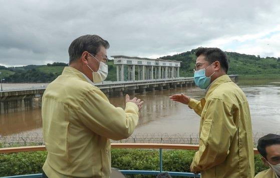 韓国の文在寅(ムン・ジェイン)大統領(左)が昨年8月6日午後、京畿道漣川郡漣川邑(キョンギド・ヨンチョングン・ヨンチョンウプ)の郡南(グンナム)洪水調節ダムを訪問して韓国水資源公社漣川・抱川(ポチョン)圏支社長のクォン・ジェウク氏から郡南ダムの運営状況および北朝鮮黄江(ファンガン)ダム放流に伴う措置事項などについて報告を受けている。キム・ソンニョン記者