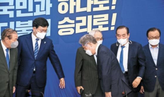 韓国与党「共に民主党」大統領選候補である李在明(イ・ジェミョン)氏(中央)が13日、ソウル汝矣島(ヨイド)国会で開かれた党常任顧問団懇談会に先立ち出席者に挨拶をしている。イム・ヒョンドン記者
