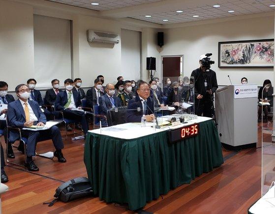 13日(現地時間)、米国ワシントンの在米韓国大使館で開かれた国会外交統一委員会国政監査で李秀赫(イ・スヒョク)大使(中央)が質問に答えている。キム・ピルギュ特派員