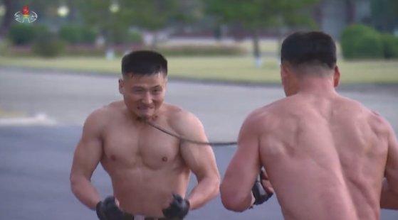 上着を脱いで武術を披露する北朝鮮兵士 [マーティン・ウィリアムス氏 ツイッター キャプチャー]